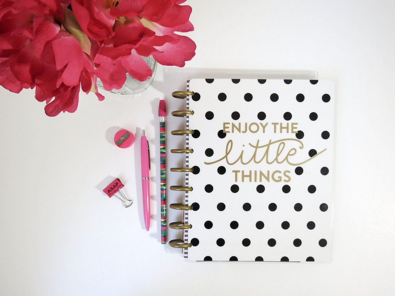 I have been researching on Pinterest for days to find out all I can about bullet journalling. Wow, some people are obsessed! Everyone swears that it helps them keep on track so I am going to give it a go. I have bought a bright pink Leuchtturm1917 Notebook, (affiliate link), a ruler and a package of coloured pens. I have even created a few spreads already.
